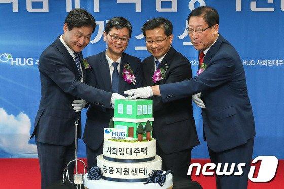 [사진]사회임대주택 금융지원센터 개소식 축하하며 커팅식하는 손병석 차관