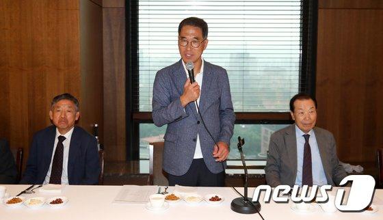 [사진]간담회 인사말하는 김주영 한국노총 위원장