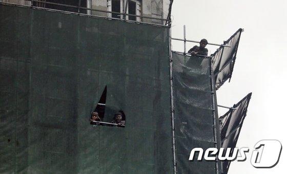 [사진]'살려주세요'...화마와 사투중인 건설근로자들