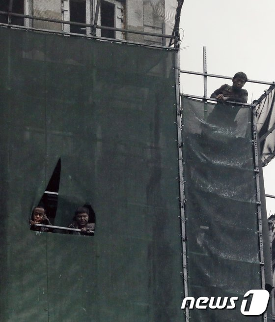 [사진]'살려주세요'...구조 기다리는 근로자들