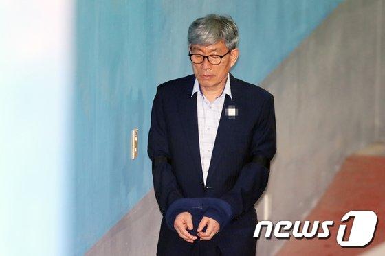 [사진]원세훈 전 국정원장 '법정으로'