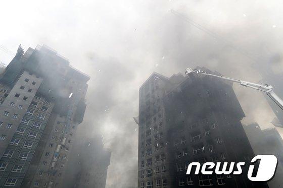 [사진]세종시 아파트 공사현장에 큰불...치솟는 연기