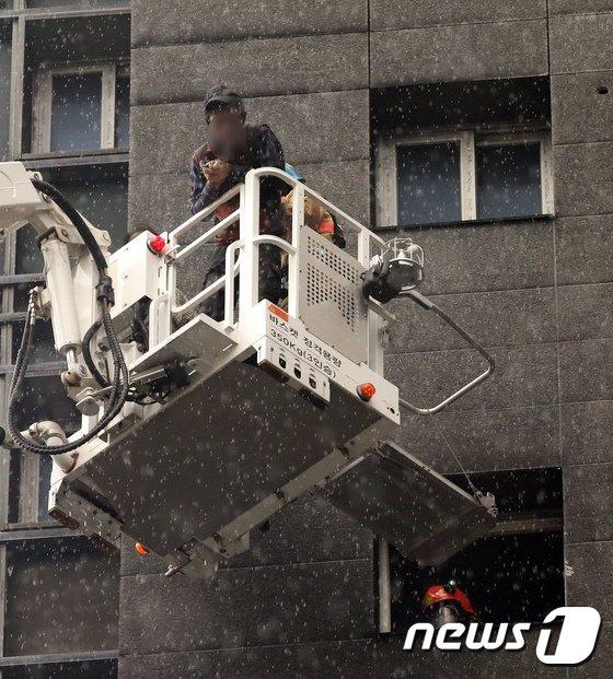 [사진]고가 사다리차로 구조되는 현장 근로자