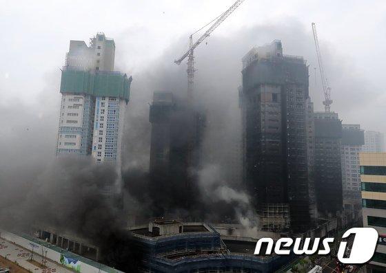 [사진]검은 연기 치솟는 세종시 아파트 건설현장