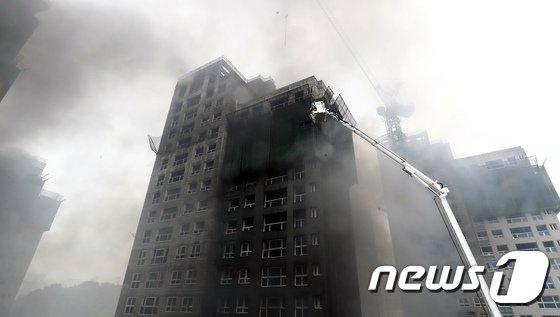 [사진]화재 현장으로 투입되는 구조용 사다리차
