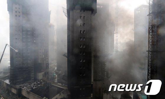 [사진]검은 연기에 둘러 쌓인 아파트 건설현장