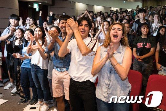 [사진]격렬한 한국 응원 문화에 '깜짝'