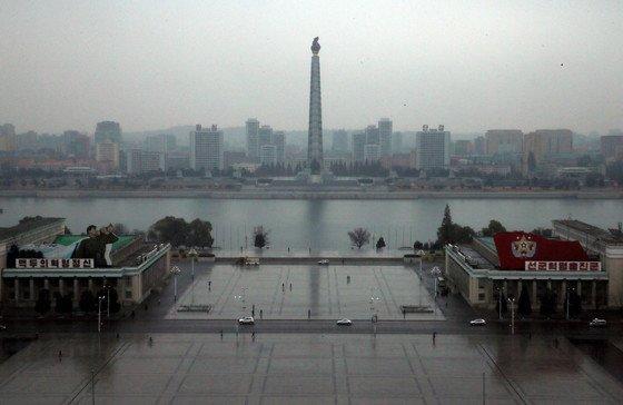 인민대학습당 전망대에서 바라본 김일성광장. 광장 오른쪽 '조선미술박물관' 왼쪽에 '조선중앙력사박물관'이 자리잡고 있다. 대동강 너머에 주체사상탑이 보인다. /사진=뉴스1