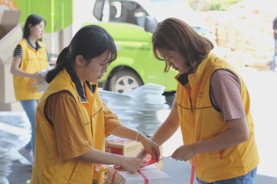 서울에너지복지시민기금 자원봉사자들이 유니클로 여름 의류를 비롯한 기부 물품을 포장하는 모습/사진제공=유니클로
