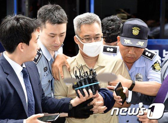 '드루킹' 김모씨가 28일 오후 첫 대면조사를 위해 서울 강남구 드루킹 특검 사무실로 소환되고 있다. 특검팀은 김경수 경남지사 당선인과의 공무 여부 등을 집중 캐물을 것으로 알려졌다. 김모씨는 네이버 기사 댓글의 공감 수 조작과 관련된 혐의(업무방해)로 재판에 넘겨졌다. 2018.6.28/뉴스1 © News1 박지수 기자