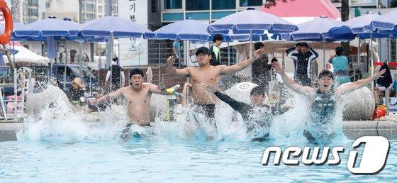 [사진]한강 수영장 개장 '여름이다'
