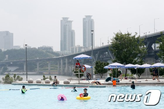 [사진]한강 수영장 찾은 시민들