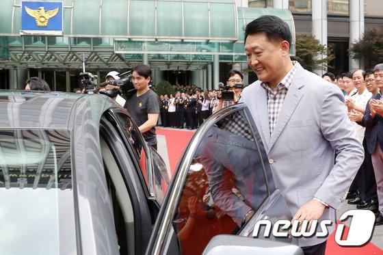 [사진]직접 운전해 경찰청 떠나는 이철성 경찰청장