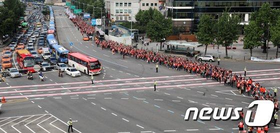 [사진]도로 가로질러 행진하는 SKB노조