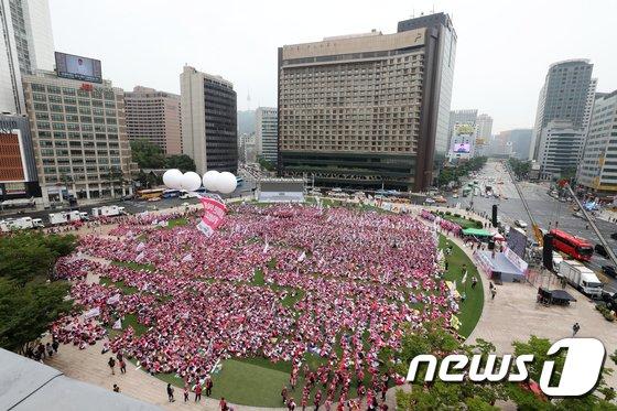 [사진]서울광장 가득 메운 학교비정규직 노조 '최저임금 문제 해결 촉구'