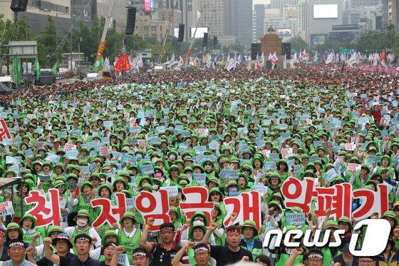 [사진]광장 가득 메운 노동자들의 외침 '최저임금 개악 폐기'