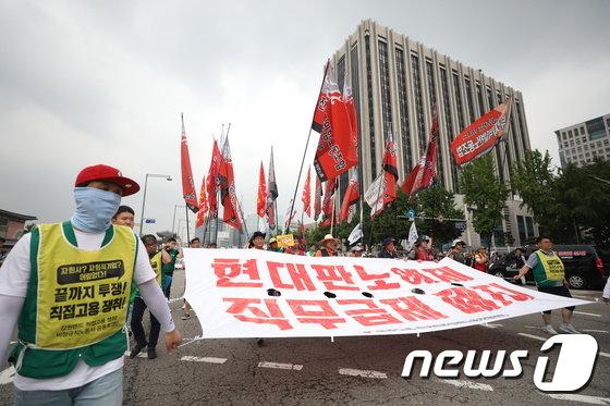 [사진]정부청사 지나 행진하는 민노총