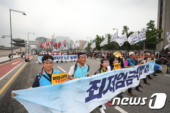 [사진]행진하는 민노총 '최저임금 개악 폐기하라'
