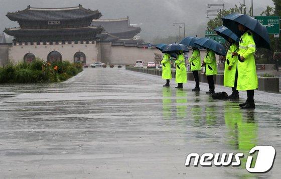 [사진]비 오는 광화문광장 지키는 경찰들