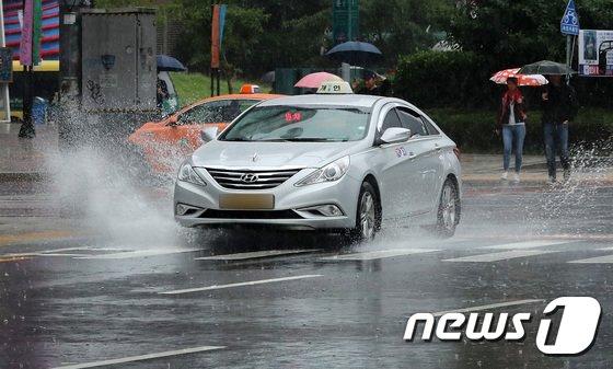 [사진]물살 가르는 자동차