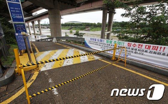 [사진]침수우려에 폐쇄된 탄천주차장