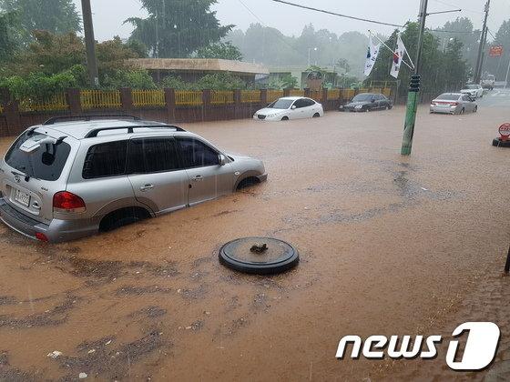1일 오전 내린 많은 비로 보성읍의 한 도로가 흙탕물로 침수돼 있다. 이날 오전 11시30분까지 보성지역은 복내면에 218㎜, 보성읍 89㎜의 비가 쏟아졌다.(보성군 제공)2018.7.1/뉴스1 © News1 지정운 기자
