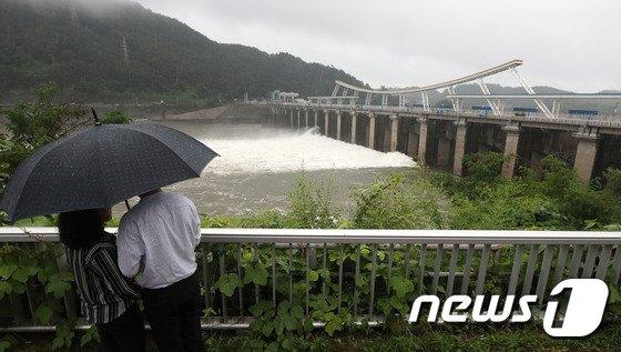[사진]태풍 북상,  팔당댐 수문 5개 개방 수위 조절