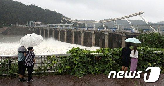 [사진]수문 5개 열어 한강 수위 조절하는 팔당댐