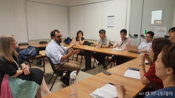 애론 샤록맨 폴리티팩트 부장이 한국에서 온 기자들과 세미나를 하고 있다./사진= 정진우 기자
