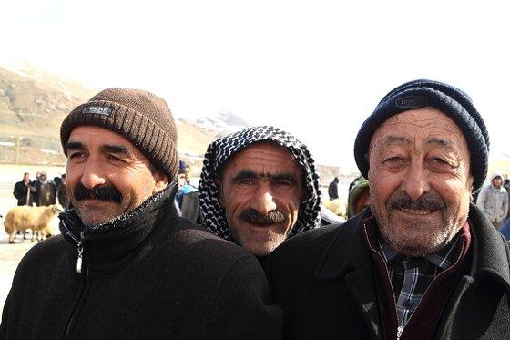 양과 염소를 팔러 나온 농부들이 내 카메라 앞으로 몰려들었다./사진제공=이호준 여행작가