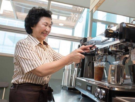 아산시 '카페 休:휴' 5호점에 근무하는 김순점씨가 고객이 주문한 아메리카노를 직접 내리고 있다.