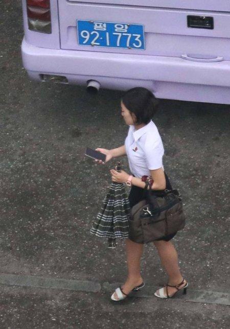 【평양=뉴시스】 사진공동취재단 = 5일 오전 평양에서 한 시민들이 휴대전화를 보며 거리를 지나고 있다. 2018.07.05.   photo@newsis.com  <저작권자ⓒ 공감언론 뉴시스통신사. 무단전재-재배포 금지.>