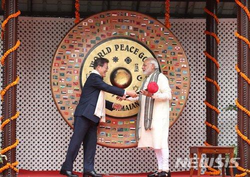 【뉴델리(인도)=뉴시스】박진희 기자 = 문재인 대통령은 9일(현지시간) 오후 나렌드라 모디 (Narendra Modi) 인도 총리와 함께 인도 뉴델리 간디기념관을 방문하여 간디기념비에 헌화하고, 간디가 기도하던 장소 등 기념관을 둘러보고 있다. 2018.07.10.   pak7130@newsis.com  <저작권자ⓒ 공감언론 뉴시스통신사. 무단전재-재배포 금지.>