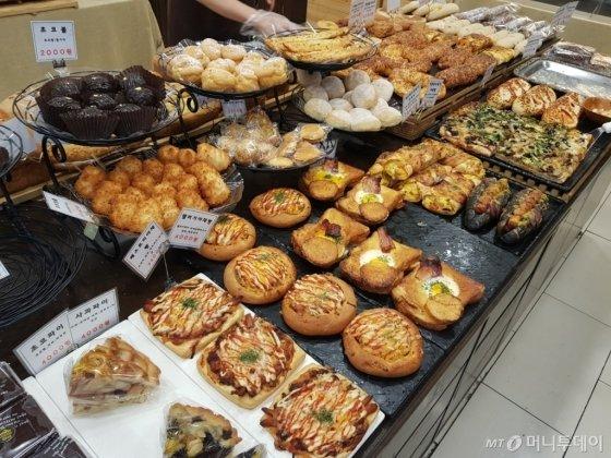 그라츠 과자점 매장에는 200여 가지 제품이 먹음직스럽게 진열돼 있다./사진=박가영 인턴기자