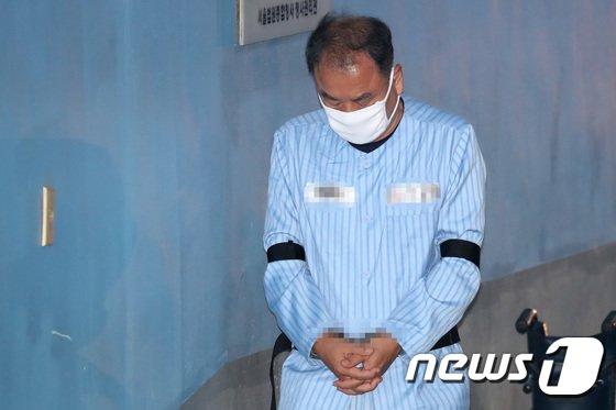 [사진]법정 들어서는 이우현 자유한국당 의원