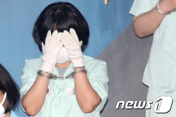 [사진]목장갑으로 얼굴가린 최유정 변호사