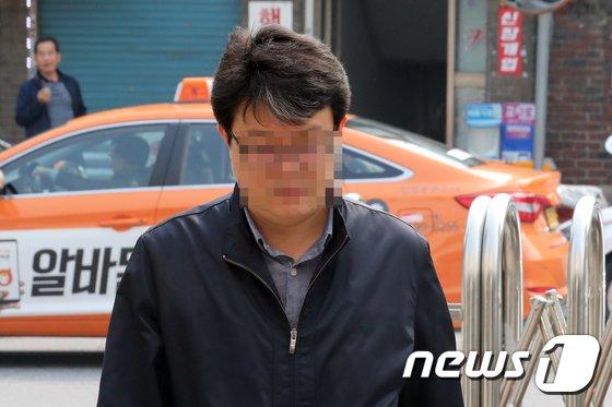 댓글 조작 의혹으로 구속된 '드루킹' 김모씨 측으로부터 500만원을 받은 혐의로 김경수 더불어민주당 의원 전 보좌관 한모씨가 30일 오전 서울 중랑구 서울지방경찰청 지능범죄수사대로 출석하고 있다. 한 씨는 '드루킹'이 이끄는 경제공진화모임 회원 김 모 씨에게서 500만 원을 받았다가 드루킹이 구속된 다음날 돌려준 혐의를 받고 있다. 2018.4.30/뉴스1 © News1 황기선 기자