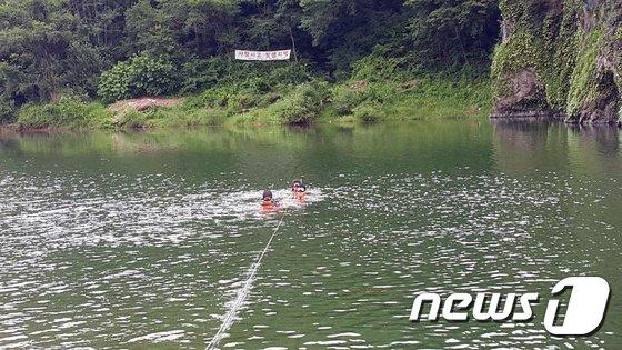 소방 구조대원들이 물에 빠진 시민을 구조하고 있다. (영월소방서 제공) 2018.8.13/뉴스1 © News1 박하림 기자