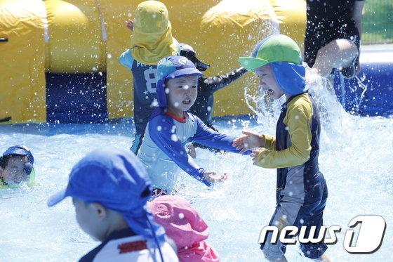 [사진]'여름이 반가운 어린이들'