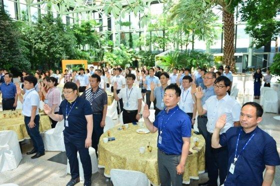 19일 오후 한국수자원공사 대전 본사에서 열린 '노사공동 에코생활 실천 서약식'에 참석한 직원들이에코생활 실천 서약을하고있다./사진제공=한국수자원공사