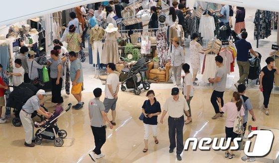 [사진]'쇼핑 즐기며 더위 잊어요'