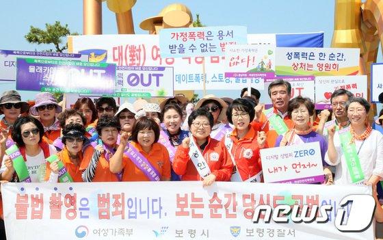 [사진]대천해수욕장 공중화장실 점검 마친 정현백 장관
