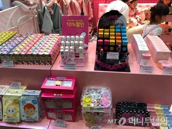지난 21일 서울 삼성동 코엑스의 '캐릭터 라이선싱 페어 2018'의 슈슈코스메틱 부스에 전시된 제품들