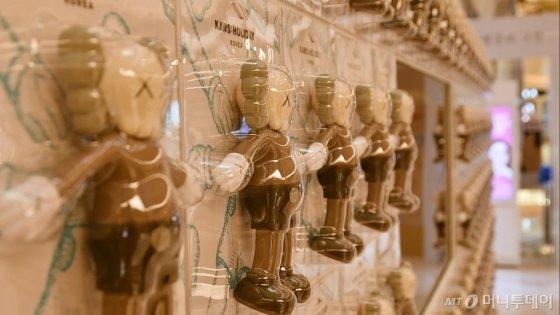 롯데월드타워 지하 1층에서 판매 중인 '카우스:홀리데이' 피규어 상품. /사진=이상봉 기자