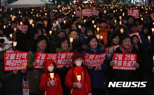 【광주=뉴시스】신대희 기자 = 11일 오후 광주 동구 금남로에서 열린 박근혜 퇴진 시민운동본부 주관 15차 광주시국촛불대회가 열리고 있는 가운데, 시민들이 촛불을 들고 있다. 2017.02.11.    sdhdream@newsis.com