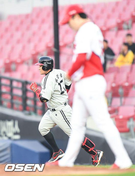 지난 8일 유강남이 양현종을 상대로 홈런을 친 뒤 그라운드를 돌고 있다<br /> <br />