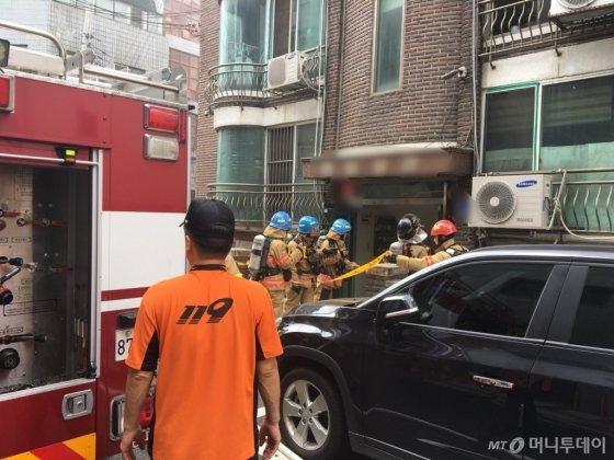 26일 오후 1시30분쯤 서울 방이동의 한 주택가에서 화재가 발생해 직접 출동해봤다. 다행히 인명 피해는 없었고 피해 규모도 크지 않았다. 화재를 진압하는 소방관들./사진=남형도 기자