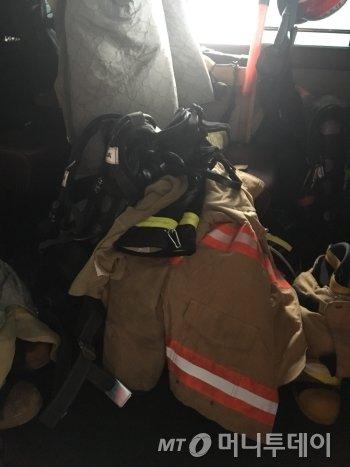 화재 출동 사이렌이 울리면 분초에 따라 생명이 좌우되기 때문에 시간이 급박해진다. 그래서 소방관들이 버스에서 방화복을 입는다. 구조 버스에 놓여진 기자의 방화복 장비./사진=남형도 기자