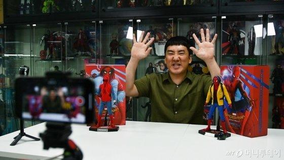 개인 작업실에서 1인 방송을 하고 있는 개그맨 이상훈씨의 모습. /사진=이상봉 기자