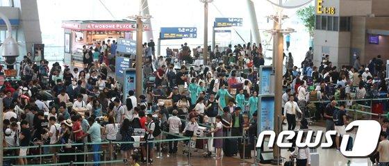[사진]출국인파로 북적이는 인천공항...'무더위 피해 해외로'